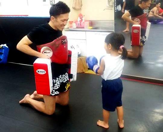 子供と楽しそうにするトレーナー
